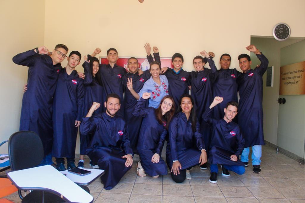 Camila Gaião junto aos formandos na unidade do CCAA de Capinópolis
