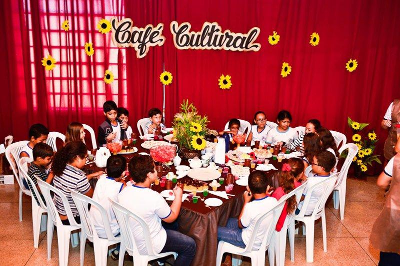 """O """"Café Cultural"""" reuniu alunos em uma farta mesa para falar de cultura e fortalecer o conceito de preservação do patrimônio cultural"""