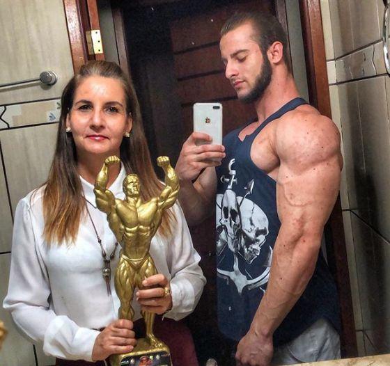 A advogada Cibele Parreira, mãe de Antonio Vitor, é a grande incentivadora do filho (Foto: Arquivo pessoal)