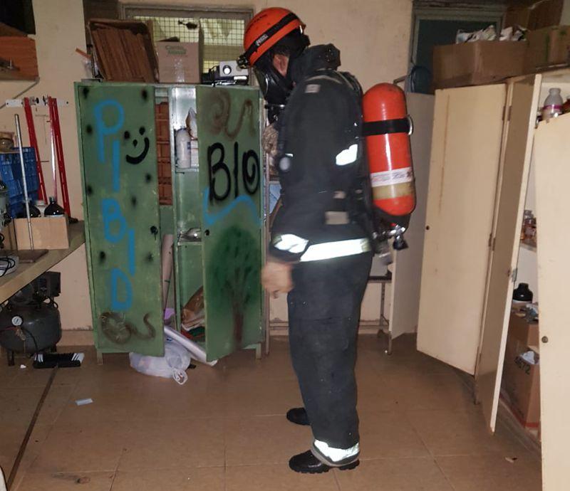 Bombeiro Militar isolou os produtos químicos e interditou a sala onde houve o acidente (Foto: Bombeiros/Divulgação)