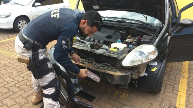 Cocaína estava escondida em um compartimento no para-choque do carro flagrado em Uberlândia — Foto: PRF/Divulgação