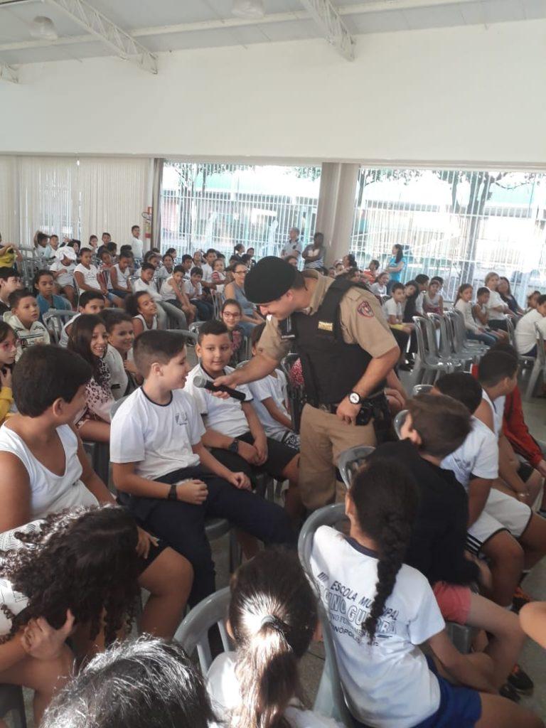 Soldado Allan Borges interagiu com alunos durante a palestra