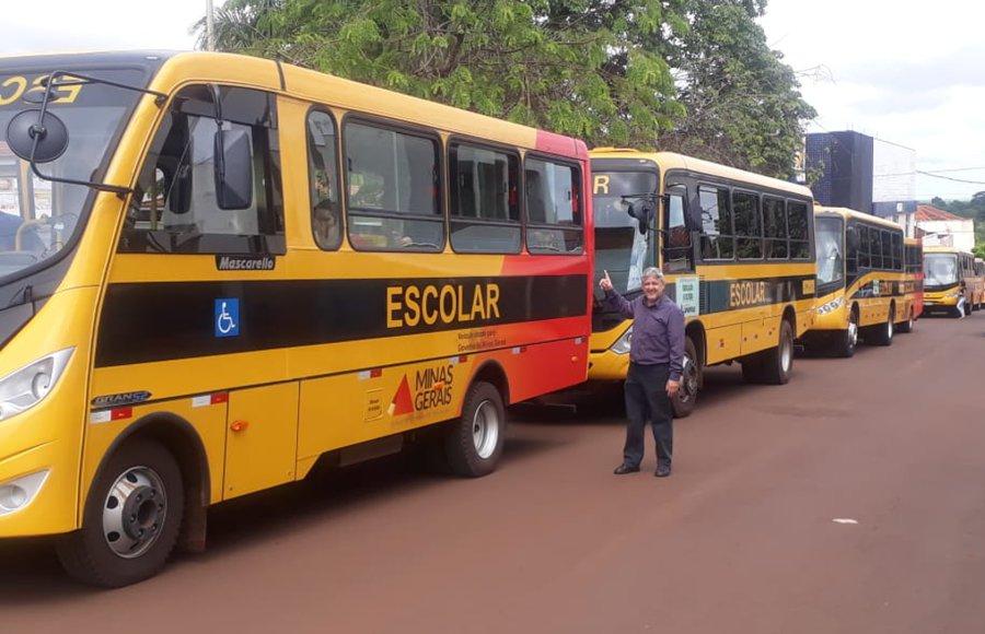 Vereador Cabral junto aos veículos de transporte público do Município de Capinópolis