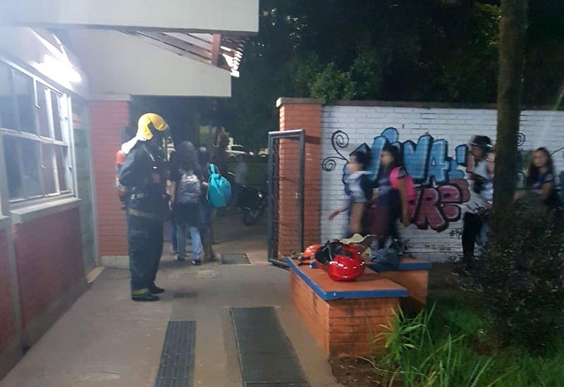Alunos e profissionais tiveram de evacuar a escola (Foto: Bombeiros/Divulgação)