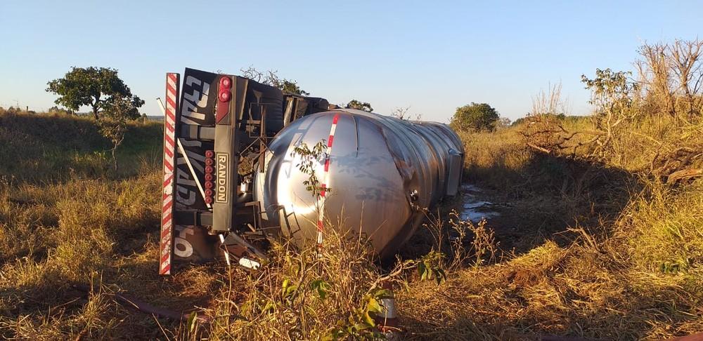 Carga de álcool vazou e atingiu o solo, causando risco de explosão. — Foto: Polícia Militar Rodoviária/PMR
