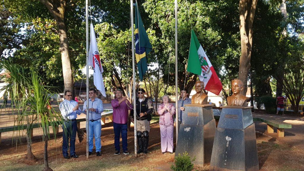 Hasteamento de bandeiras na Praça João Moreira de Souza (Foto: Paulo Braga)