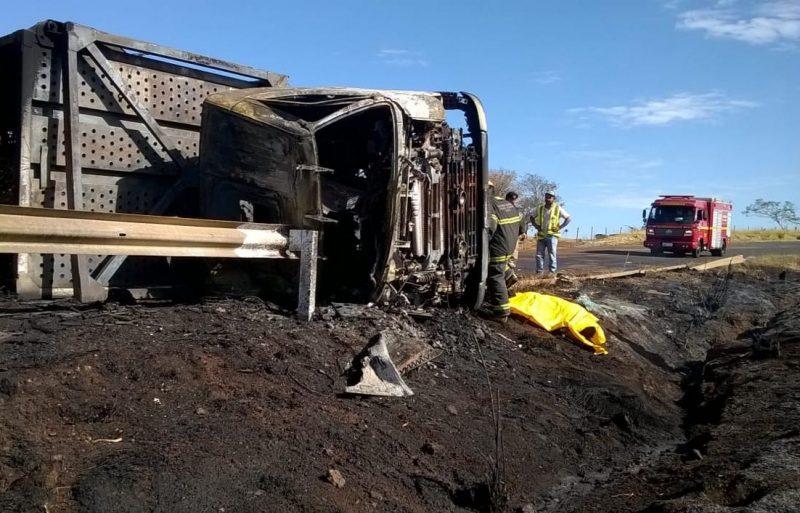 Motorista não conseguiu escapar a tempo de se salvar das chamas que destruíram caminhão (foto: CBMMG)