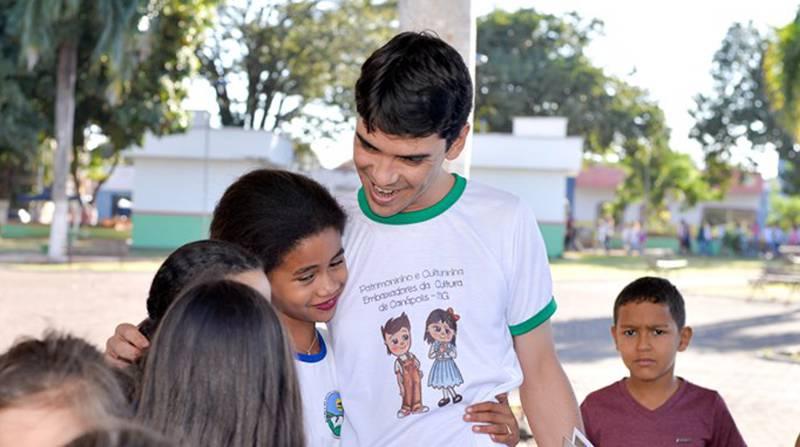 Prefeito Ualisson Carvalho recebe o carinho das crianças (Foto: Divulgação)