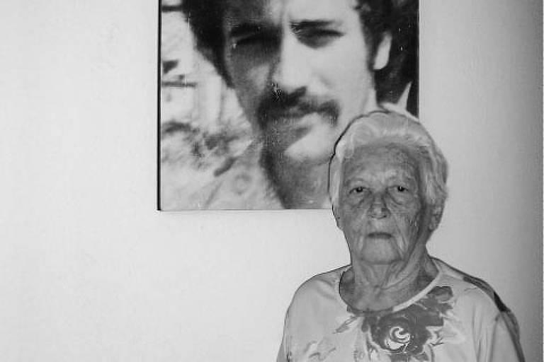 Elzita Santa Cruz em frente à foto do filho Fernando, desaparecido durante a ditadura militar - Reprodução