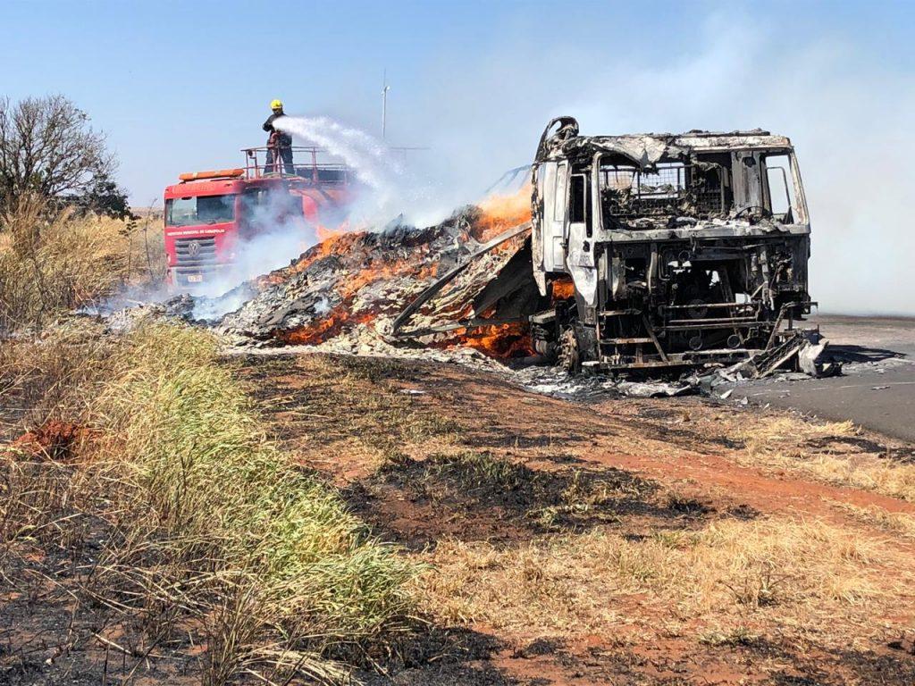Bombeiros apaga fogo em carreta na BR-153 (Foto: Bombeiros/Divulgação)