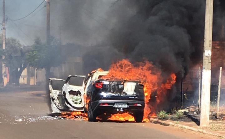 Veículo foi destruído pelas chamas (Foto: reprodução)