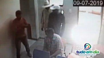 Um dos bandidos trajava chapéu de palha e o outro chinelo (Foto: Reprodução)