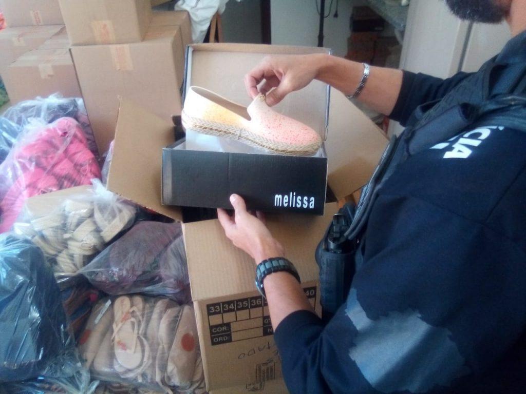 Ao todo, quinze fábricas de calçados e bolsas falsificados foram alvos da operação da Polícia Civil
