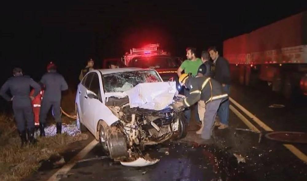 Acidente entre carro e caminhonete causado por lobo guará na BR-365 em Uberlândia — Foto: Reprodução/TV Integração