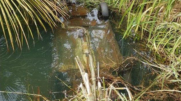 Carro ficou capotado e submerso em um lago próximo à Santa Vitória (Foto: Divulgação PMMG / créditos para pontal em foco)