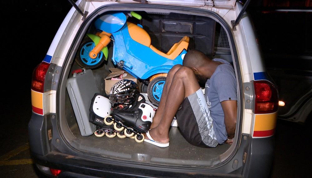Suspeito foi preso com itens que haviam sido furtados em data pregressa (Foto: Reprodução/TV Integração)