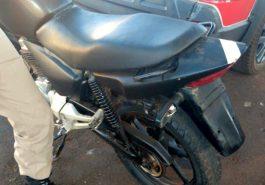A motocicleta sem placa havia sido furtada em data pregressa e foi recupera pela PM em Capinópolis (Foto: PMMG/Divulgação)