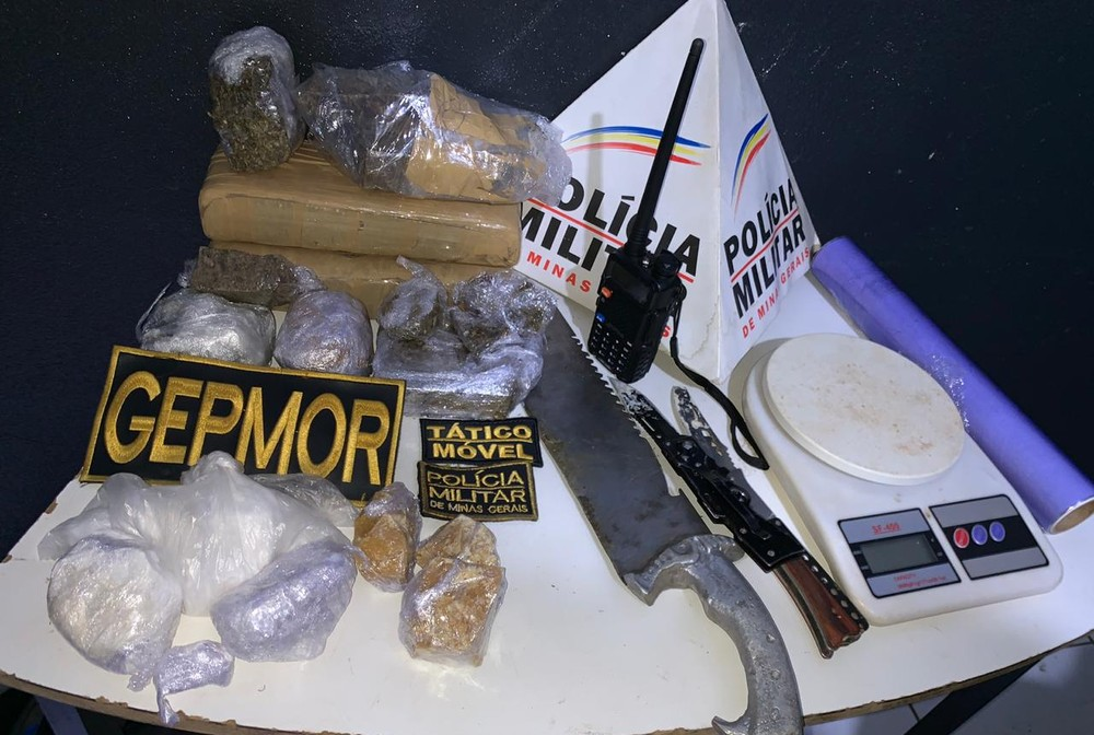 PM de Patos de Minas apreende drogas e outros objetos no Bairro Jardim Esperança — Foto: Polícia Militar/Divulgação