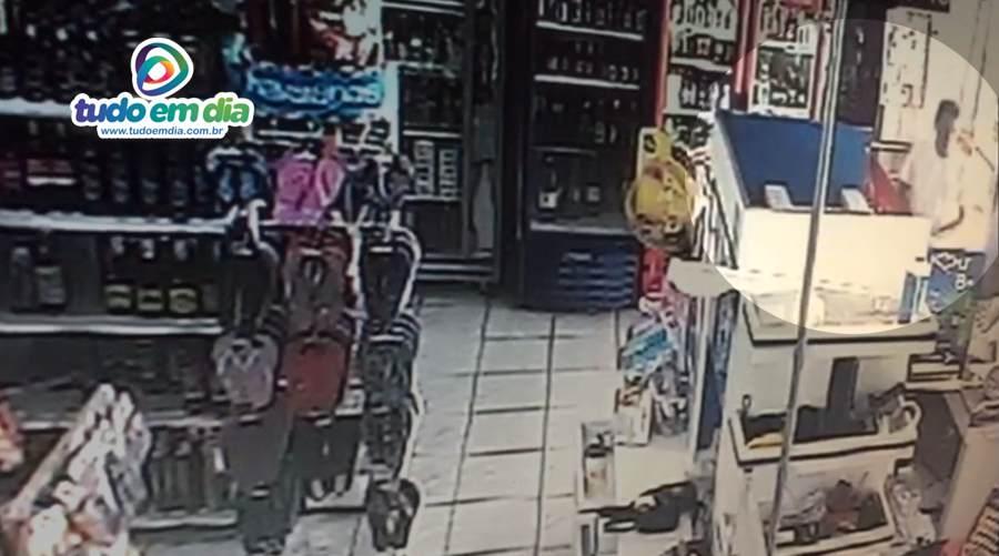 Circuito interno mostra a ação do criminoso no supermercado
