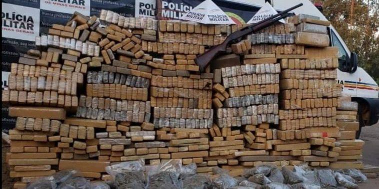 Droga estava em uma fazenda na zona rural de Paracatu — Foto: PM/DivulgaçãoDroga estava em uma fazenda na zona rural de Paracatu — Foto: PM/Divulgação
