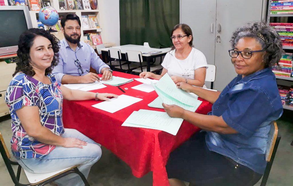 (Esq) Professora Gislaine, Paulo Braga, professora Eunice e professora Suely formaram a comissão que julgou a poesias (Foto: Sâmia Balduíno)