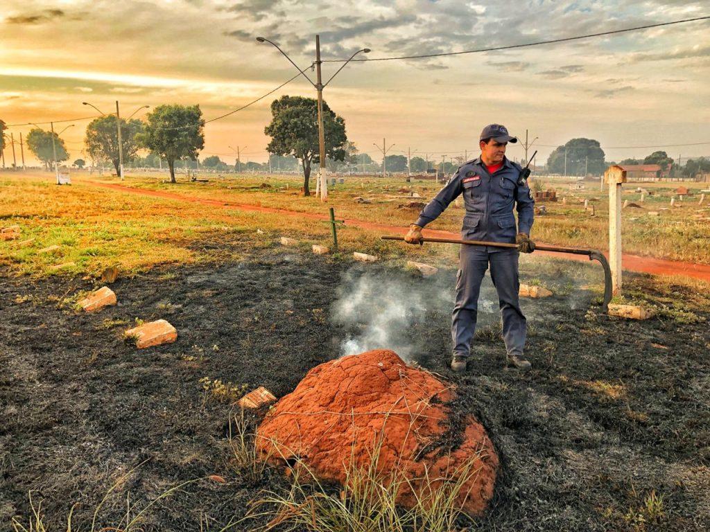 Bombeiro apaga fogo no cemitério 'Parque da Saudade' (Foto: Bombeiros/Divulgação)