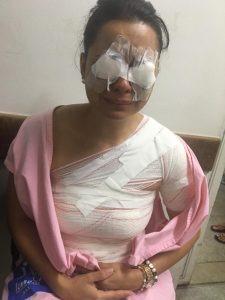 Mulher teve ferimentos nos olhos e nos seios (foto: Vitoriosa)
