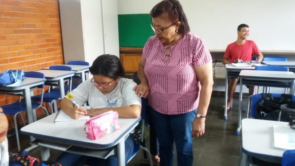 A  aluna Sara Geovana Pereira Silva, juntamente com a professora Orseni Camilo de Oliveira Lucena (Foto: Escola Aurelisa/Divulgação)