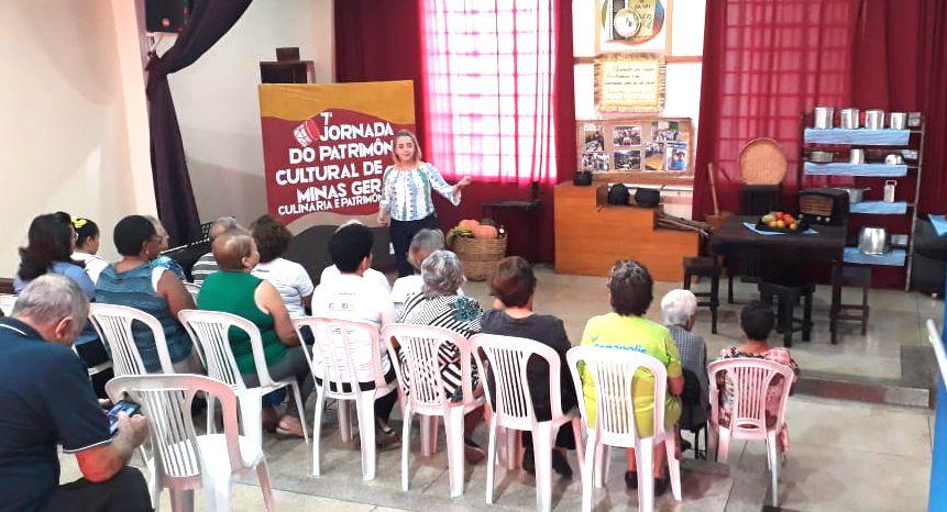 A coordenadora  da Casa de Cultura de Canápolis, Alessandra Pidruca, durante apresentação (Foto: Casa de Cultura)