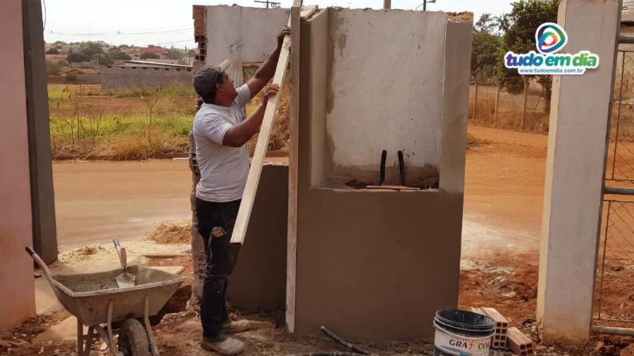 O pedreiro Marcos José faz o reboco em uma das paredes para instalação do padrão de energia (Foto: Daniel Braga/ Tudo Em Dia)
