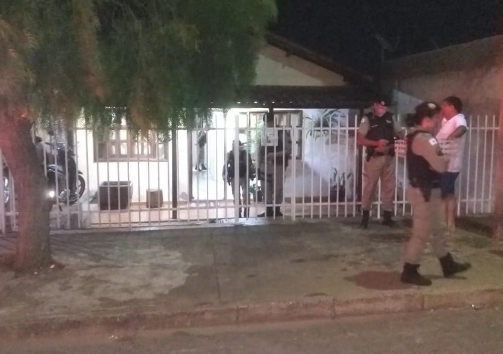 PM atende ocorrência de pai e filho encontrados mortos em Patos de Minas — Foto: Toninho Cury/Clube Notícia