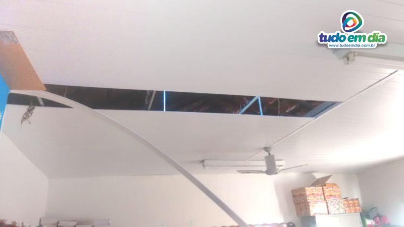 Telhado e forro de PVC foram removidos