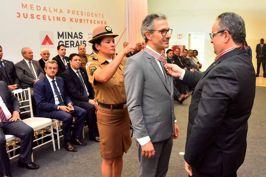 O governador de Minas, Romeu Zema, recebe medalha JK, que prometeu extinguir, na última quinta (12) - Renato Cobucci/Divulgação governo MG