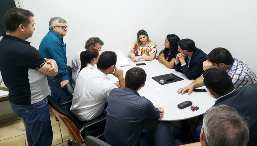 Vereadores se reuniram com a secretária de Saúde do Município de Capinópolis, Sandra Barbosa (Foto: Renato Mendes)