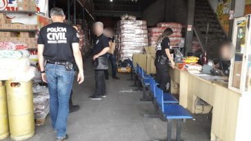 Fiscais e policiais chegam a um dos estabelecimentos (Foto: PCMG/Divulgação)