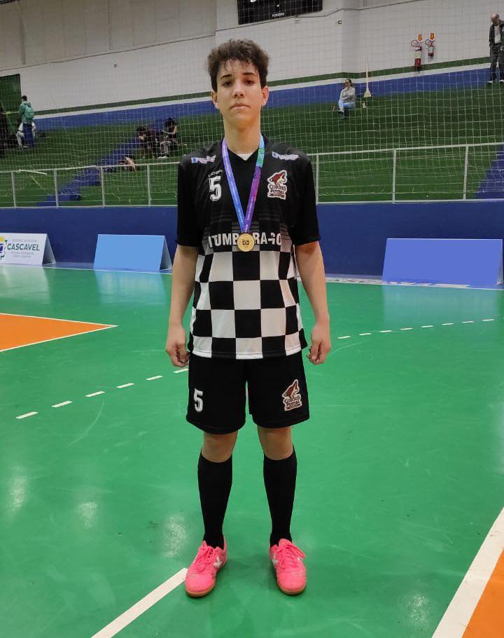 Sávio Aparecido Alves Cardoso, 16 anos, trilha o sonho de ser jogador profissional de futsal (Foto: Reprodução)