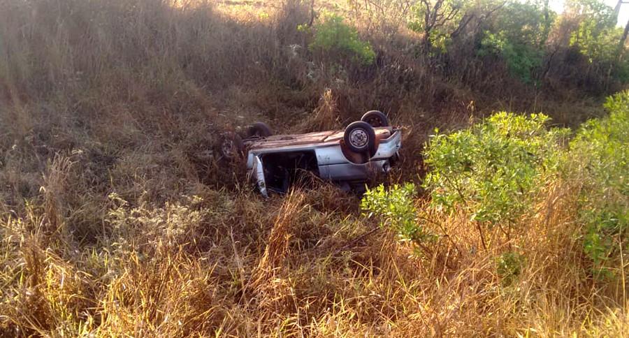 O veículo roubado capotou às margens da rodovia (Foto: PMMG/divulgação)