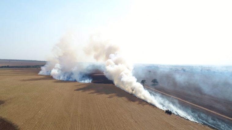 Incêndio atingiu várias propriedades rurais (Imagens: PMA/Divulgação)