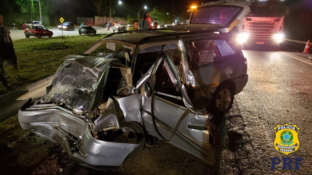 O condutor e a passageira da VW Parati ficaram feridos no acidente (Foto: PRF/Divulgação)