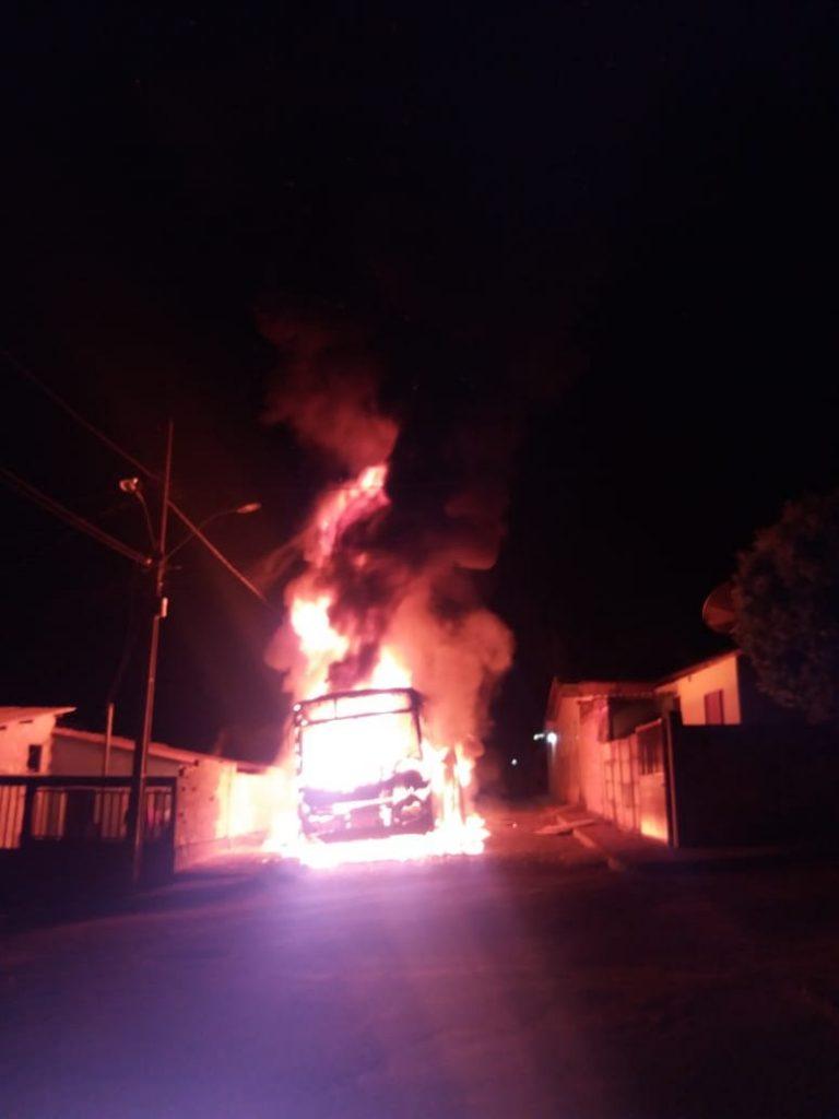 Veículo foi consumido pelo fogo (Foto: PMMG/São Gotardo)