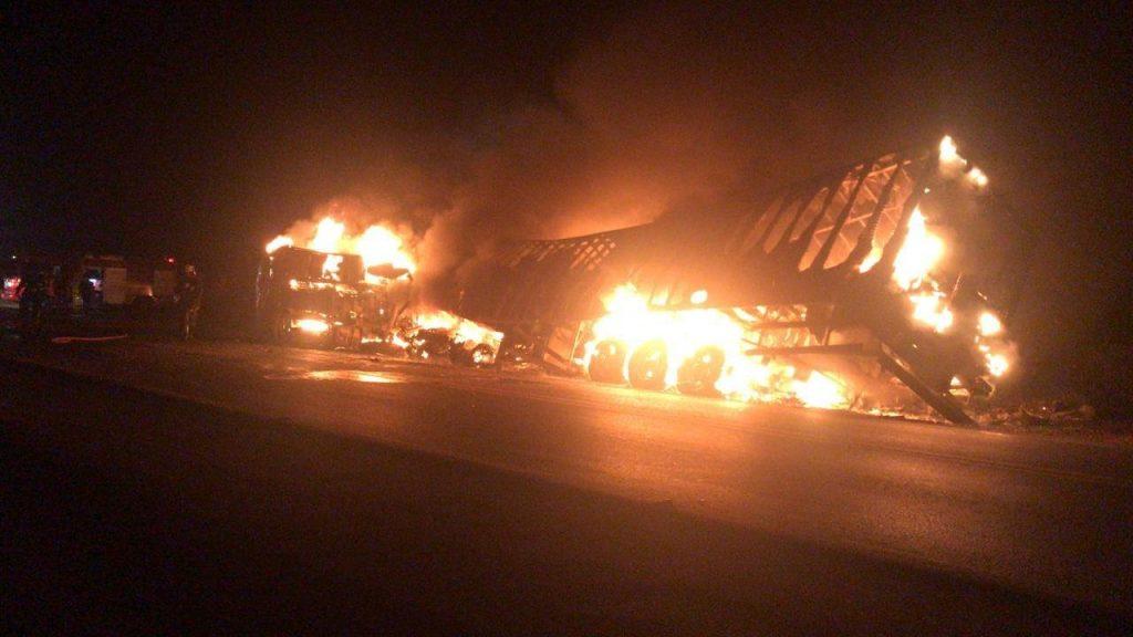 Veículos se incendiaram após o acidente (Foto: PRF/Divulgação)