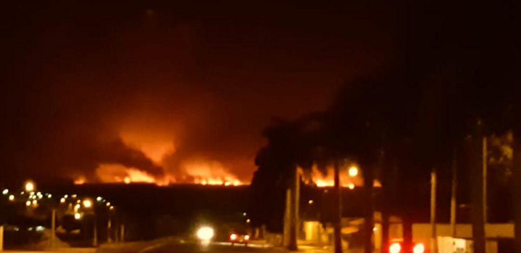 Esta foto, registrada nas proximidades do Supermercado Central do Bairro Alvorada, é possível ver a intensidade do incêndio