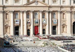 Visão geral da Praça de São Pedro, no Vaticano, durante a missa de canonização neste domingo (13) — Foto: Remo Casilli/Reuters