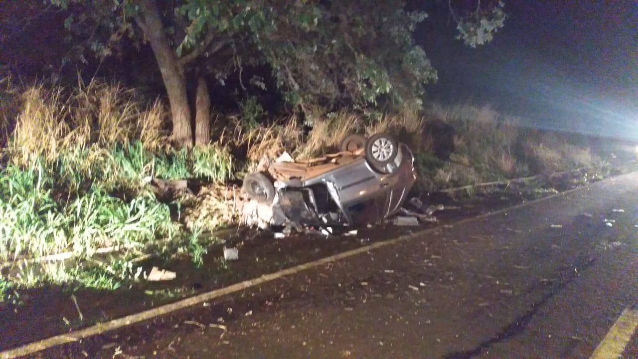 Condutor teria perdido o controle da direção e chocado-se contra uma árvore (Foto: PMR)