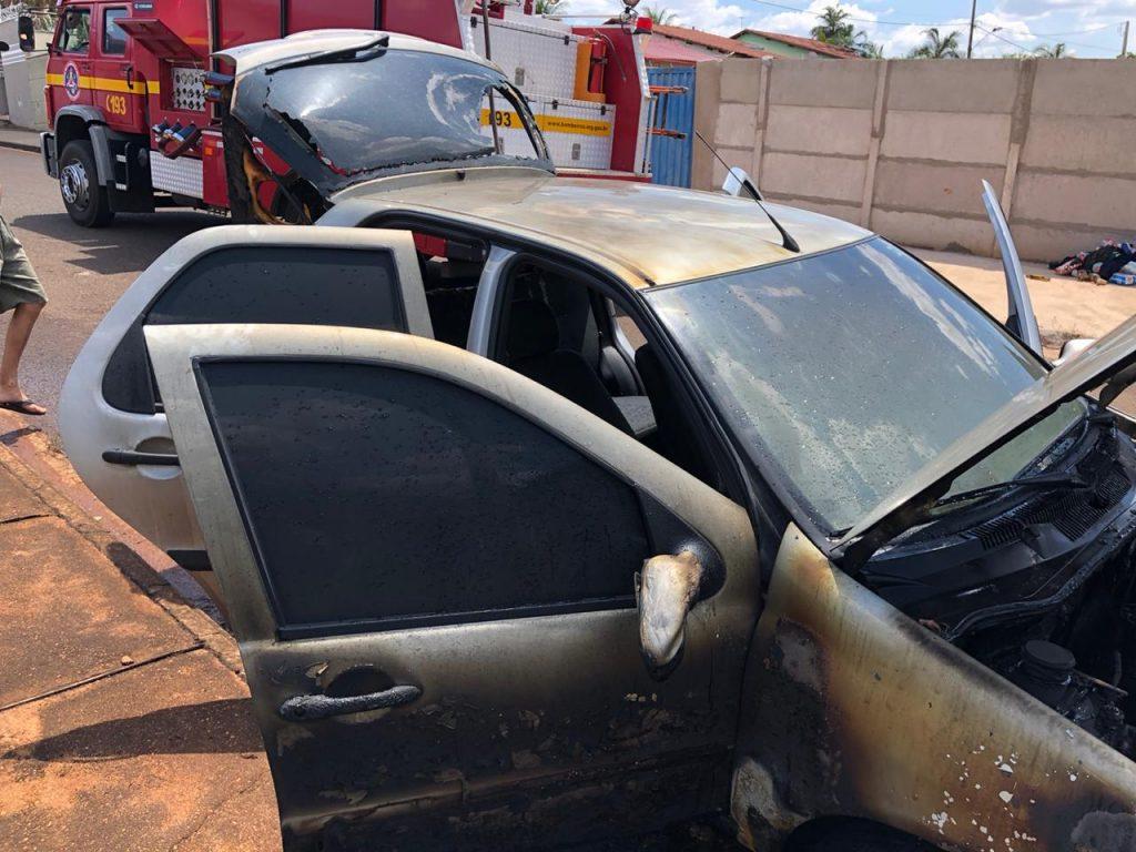 Veículo foi destruído pelo fogo (Foto: Bombeiros/Divulgação)