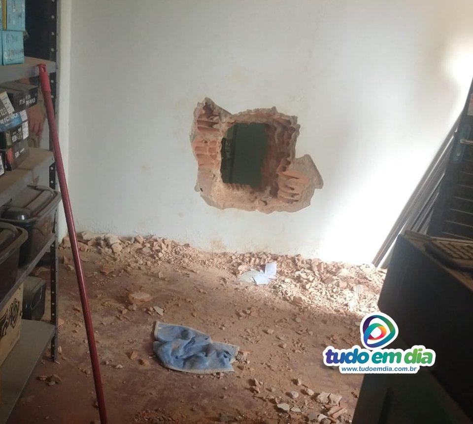 Os bandidos fizeram um buraco na parede da agência bancária em Capinópolis