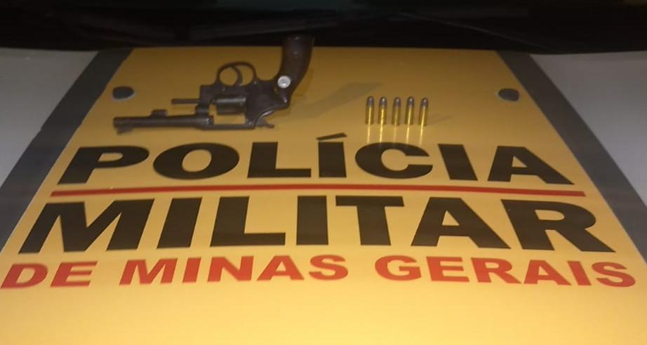 A PMR encontrou uma arma de fogo e munições no local do acidente (Foto: PMMG/Divulgação)