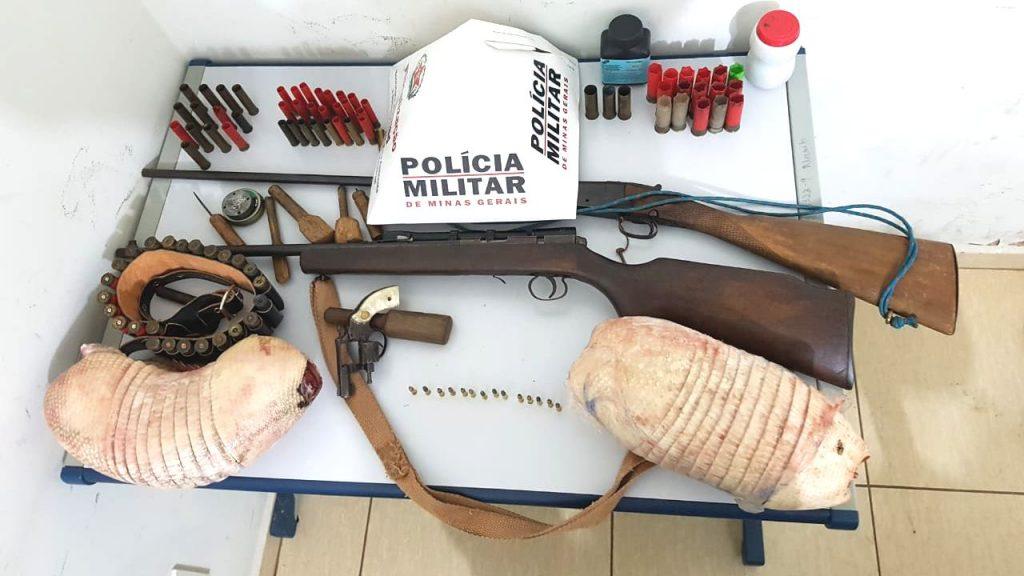 Armas, munições e carcaças de animais silvestres foram encontrados na casa (Foto: PMMA/Divulgação)