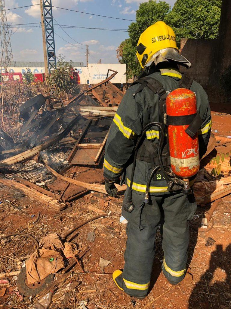 Bombeiros chegaram ao local para fazer a contenção das chamas no Setor Industrial em Ituiutaba, no entanto, populares já haviam debelado as chamas (Foto: Bombeiros)