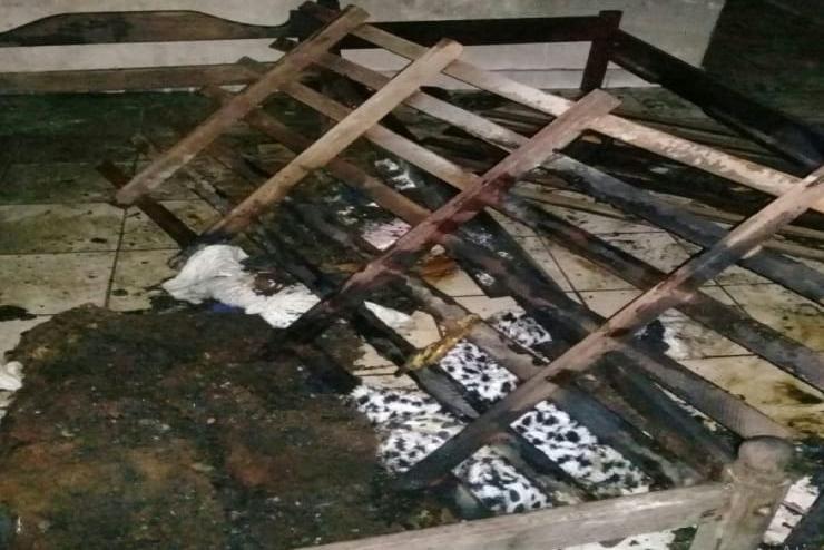 A suspeita é que o incêndio tenha começado com um cigarro aceso sobre um colchão (Foto: SAMU)